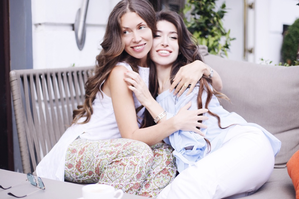 mother-and-daughter-photoshooting